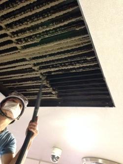 天井ガラリ内清掃をすることで、空気環境の向上を図れます。の画像